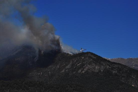 Torna l'aire en a Ribagorza y complica a extinción de l'incendio en Castanesa
