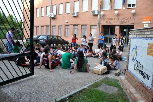 Alumnos y alumnas del IES Pilar Lorengar acampan en el parking del centro a pesar de los impedimentos puestos por el director