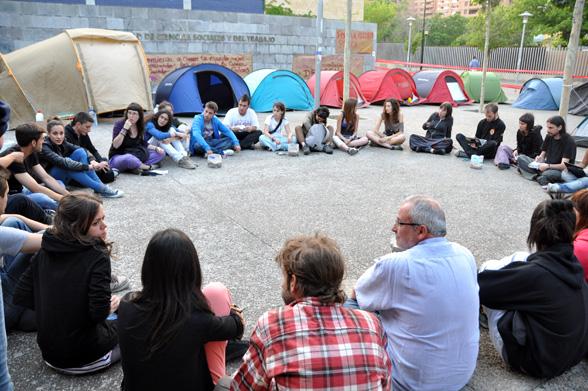 Profesores encerrados y estudiantes acampados en Zaragoza contra los recortes