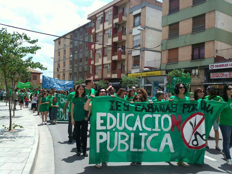 Unas 300 personas se manifiestan en La Almunia por la educación pública