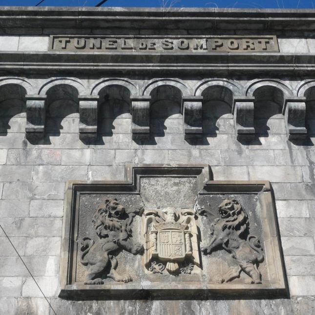 Esperando a que retiren el escudo franquista del túnel de Canfranc