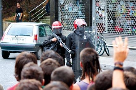 La fina línea que va de la represión a la tortura