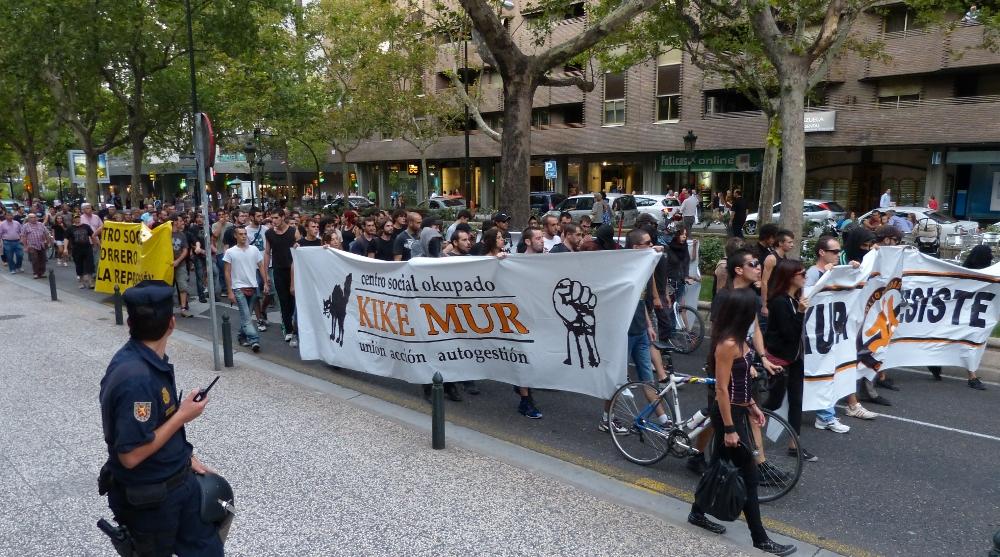 """200 personas se manifiestan contra el juicio pospuesto a los """"11 del tejado"""""""