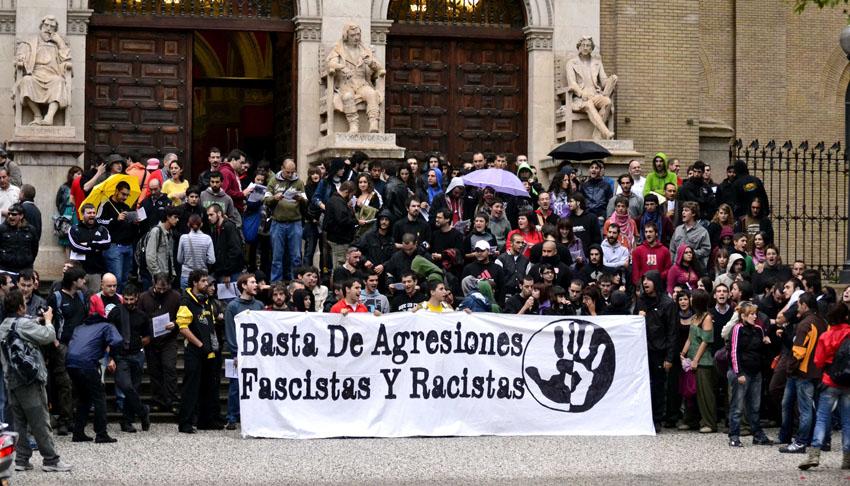 """400 personas se concentran en el Paraninfo al grito de """"fuera fascistas de la Universidad"""""""