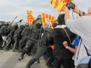 Artieda 10 octubre 2012. La Guardia Civil, al mando del Delegado de Gobierno, ataca violentamente a los y las vecinas de Artieda. Foto: Coagret