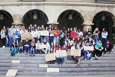 Las estudiantes de Monzón firmes contra la intoxicación informativa de su emisora local