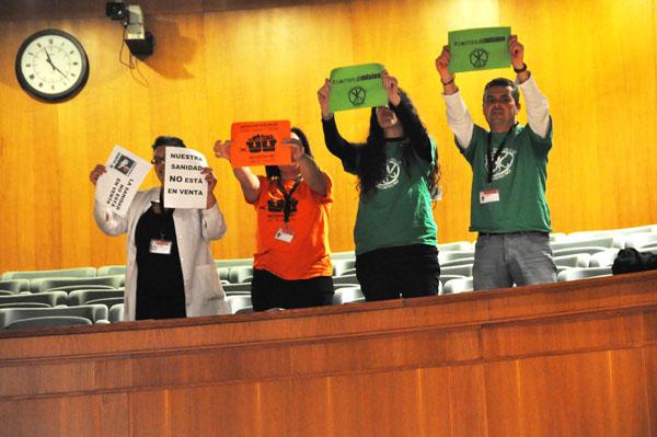 Las mareas interrumpen el Pleno de las Cortes de Aragón con sus protestas