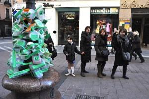 Viandantes de la calle Alfonso, por la que Serrat suele pasar a menudo, observan la obra de Marea Verde. Foto: El Ventano