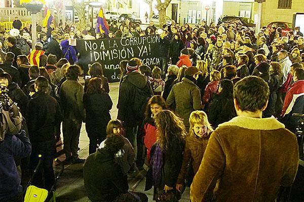 Uesca guarda un minuto de silencio por la muerte de la democracia