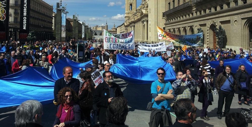 """Miles de personas secundan la """"marea azul"""" contra la privatización del agua y los ríos"""
