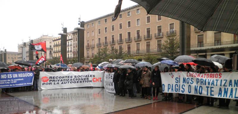 Más de 5.000 personas se mojan en defensa de la Sanidad Pública
