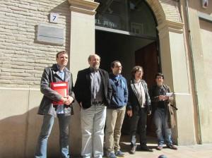 Representantes de Stop Desahucios, IU y la FABZ.