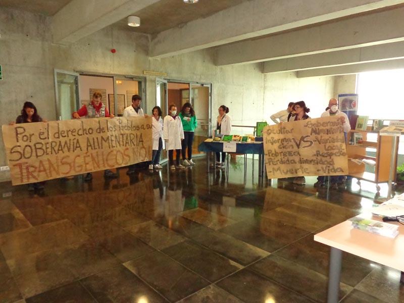 Estudiantes de Uesca protestan contra los transgénicos en una charla de la multinacional Monsanto en la Universidad