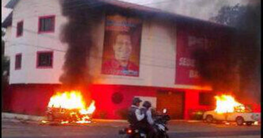 Sede del PSUV en el Estado de Táchira, ardiendo tras un ataque de miembros opositores