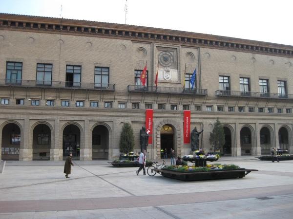Últimos preparativos para la sesión de investidura en el Ayuntamiento de Zaragoza
