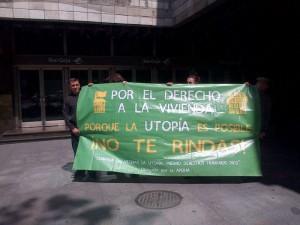 Concentración de miembros de la Corrala Utopía en la sede de Ibercaja en Zaragoza. Foto: 15M