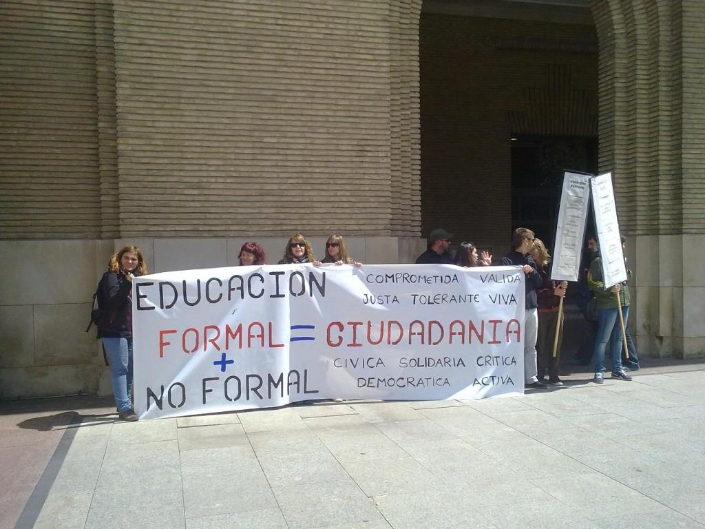Las trabajadoras y trabajadores de Educación Social se concentran a las puertas del Ayuntamiento de Zaragoza