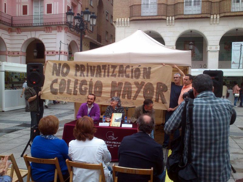 Trabajadores del Campus de Uesca muestran su rechazo a la privatización del Colegio Mayor