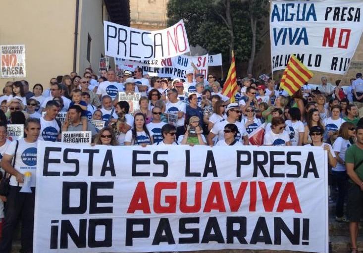 Multitudinaria manifestación en Aguaviva en defensa del río Bergantes