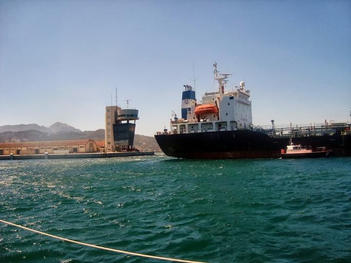 La empresa petrolífera que presidió Arias Cañete asegura que hace bunkering
