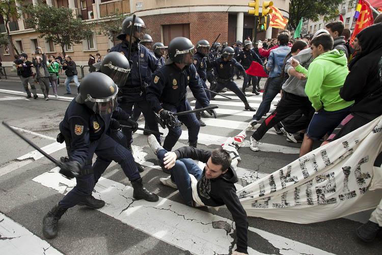 [Vídeos] La policía cargando contra manifestantes en la huelga educativa en Zaragoza