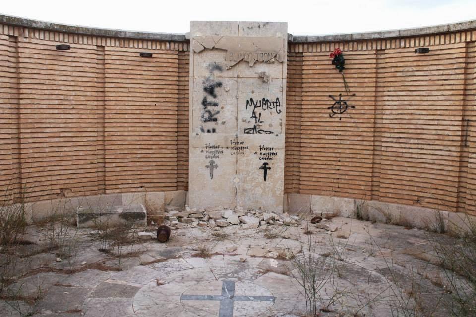 Un grupo de extremaderecha destroza la fosa común del pueblo viejo de Belchite