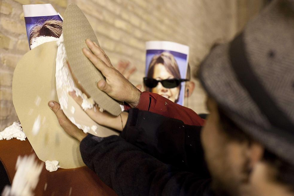 Condenados a dos y un año de carcel los activistas anti TAV por los tartazos a Barcina