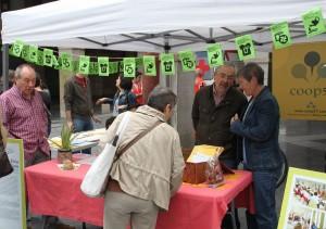 Stand de Coop57 y Fiare en la Feria del Mercado Social de Aragón. Foto: AraInfo