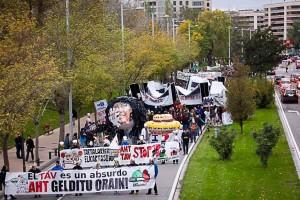 En Zaragoza se ha convocado hoy a las 18.00 horas en la plaza del Pilar (junto a la fuente de Goya) un acto en apoyo. El sábado 5.000 personas se manifestaron en Iruñea. Foto: AHT Gelditu