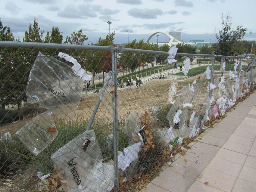 Denuncian la repetición de vertidos de bolsas de plástico en el parking sur de la Expo