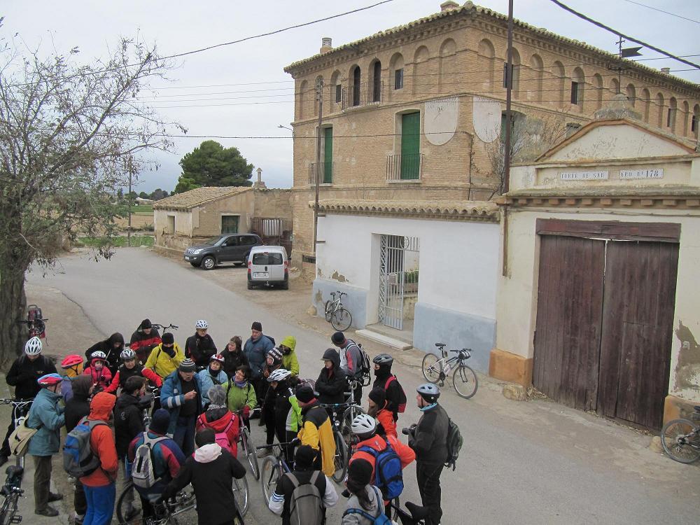 Medio centenar de personas recorren la huerta de Movera para conocer el patrimonio de la huerta zaragozana