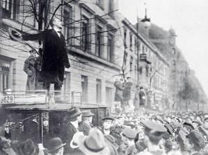 Karl Liebknecht en un mitín de la Liga Espartaquista.