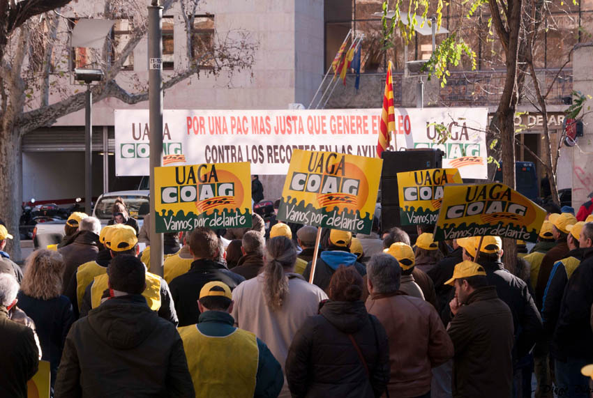 Más de cien agricultores y ganaderos reclaman en Zaragoza el pago de los atrasos de la PAC