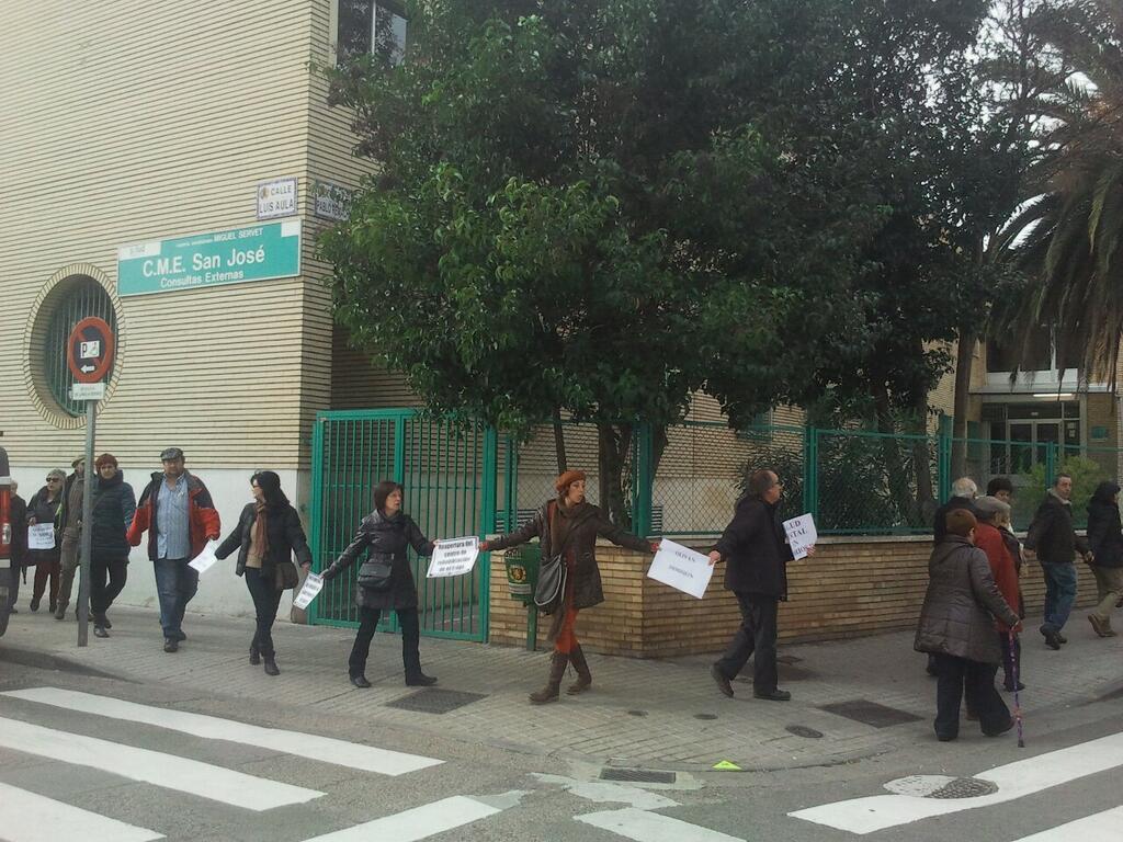 Una cadena humana para defender la sanidad en los barrios