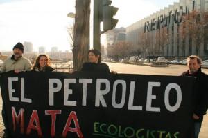 Miembros de Ecologistas en Acción en la sede de Repsol en Madrid.