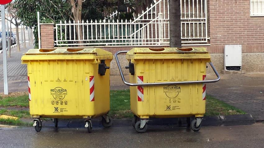 Denuncian el estado de suciedad e insalubridad de los contenedores de reciclaje de plástico y vidrio en Fraga