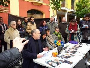 Rueda de prensa de la Corrala Utopía frente a la sede de Ibercaja en la calle San Fernando, en Sevilla.