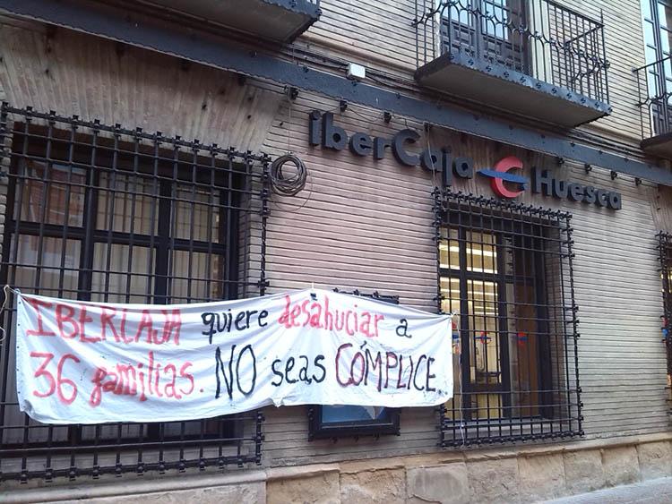 Continúan las acciones a las puertas de la oficina principal de Ibercaja en Uesca en apoyo a la Corrala Utopía