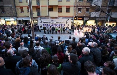La Policía Municipal quita la placa colocada en recuerdo a Ángel Berrueta en Donibane