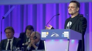 Bono, cantante de U2, en el congreso del PP europeo. Detrás, Mariano Rajoy.
