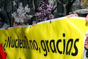 En el tercer aniversario del accidente en la central japonesa, reclaman el cierre de las nucleares frente al Ministerio de Industria. Foto: Ecologistas en Acción