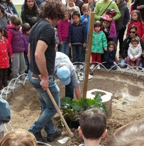 Plantación de un árbol en 2013 en el parque Bruil. Foto: Arredol