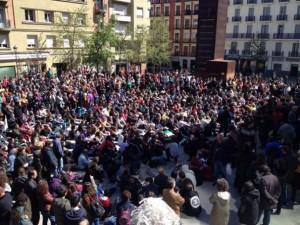 Vista de la asamblea de esta mañana en la Plaza Reina Sofía de Madrid. Foto: Diagonal