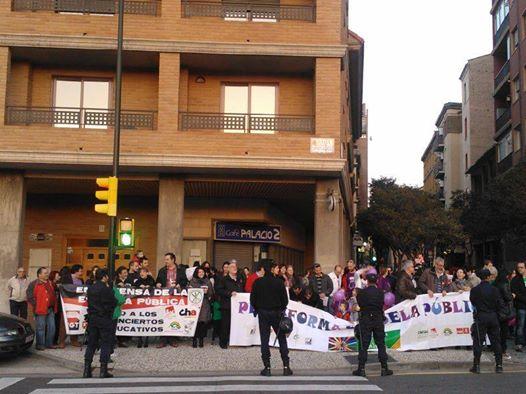 Un centenar de personas se concentran contra los planes de Educación de abrir un mega-centro concertado en Valdespartera