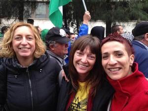 Raquel Tenías en el centro, junto a sus compañeras Patricia Luquín y Paloma Lafuente tras su puesta en libertad.