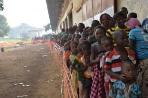 Vacunación contra el sarampión en Guinea. Foto: Ikram Ngadi (MSF)
