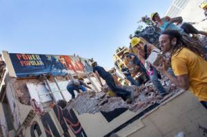 Masiva participación en la reconstrucción de Can Vies. Foto: La Directa