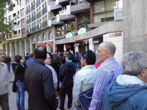 Decenas de personas hacen fila para ser atendidos por Kutxabank. La entidad ha cerrado la oficina al público. Foto: Podemos Zaragoza