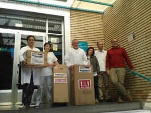 """La Izquierda Plural ha llevado """"simbólicamente"""" unos mamógrafos al Centro de Salud Pablo Remacha en protesta por el desmantelamiento de este centro y de la sanidad pública aragonesa."""
