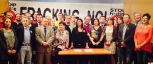 Representantes de la veintena de partidos y plataformas antifracking durante la firma del acuerdo para prohibir esta ténica, este miércoles en el Congreso. Foto: A. G. (eldiario.es)